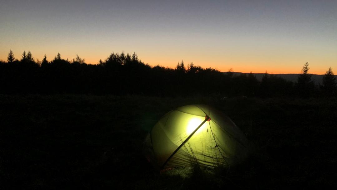 Une tente en bivouac dans la nuit